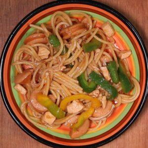 mì spaghetti sốt gà phi lê và xúc xích