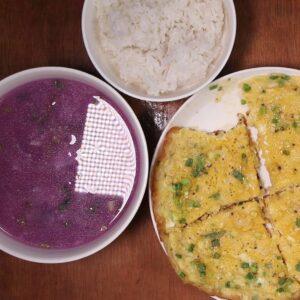 Canh khoai tím và trứng chiên bắp