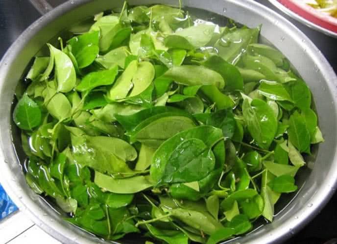 Lá giang rửa sạch vò nhẹ để khi nấu có vị chua ngon